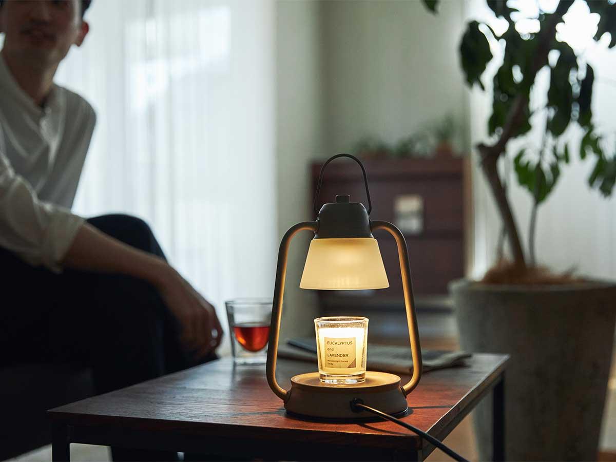 ライトを点けなくてもインテリアに心地よく馴染みます。火を使わずにアロマキャンドルを灯せて、明かりと香りも楽しめる卓上ライト「キャンドルウォーマーランプ」 kameyama candle house