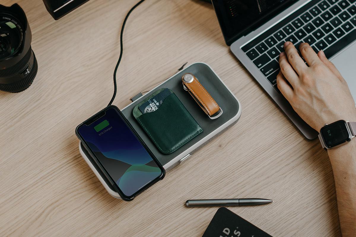 ワイヤレス充電も財布もこれ一つに。使いやすさは、「フタ」にも。仕事道具を好みの配置で収納、ワイヤレス充電台つきの「ガジェットケース」|Orbitkey Nest(オービットキー ネスト)