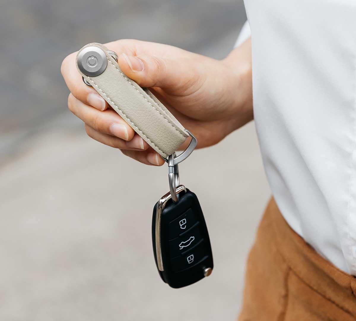 鍵を取り出しやすいユニバーサルデザインを実現。慣れれば、片手で鍵を出し入れできます。サボテンから生まれたエコレザーのキーホルダー(キーケース)|ORBITKEY(オービットキー)