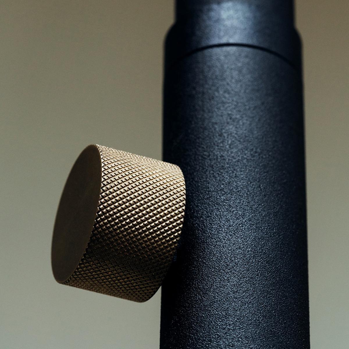2.付属の真鍮製キリねじをねじ込んで固定|照明とテーブルがセットできる「つっぱり棒」|DRAW A LINE ランプシリーズ