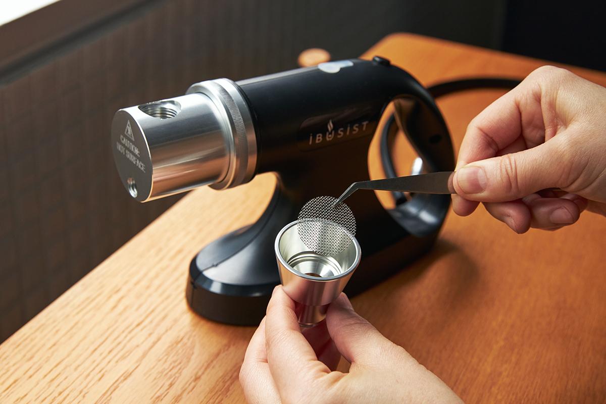 本体は600gほどの軽さでコンパクト。壊れにくく、安定感のある設計なのに、女性でも片手でラクに持ち運べる。誰でも手軽にできて、感動的に変化する「燻製器」IBSIST(イブシスト)