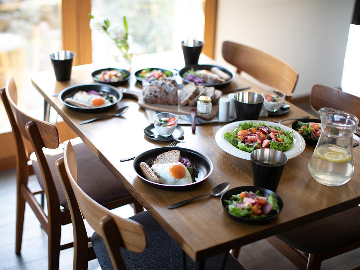 全国的にまだ珍しいステンレスへの黒染め処理を実現したのが『96』のテーブルウェア落としても割れない、黒染めステンレスの食器(フォーク・スプーン)|KURO(96)クロ
