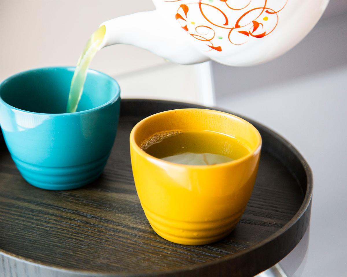 熱伝導率が低く、断熱性があるため、熱い汁物やお茶を入れても、器の表面が熱くなりにくい「色漆のそば猪口」| 漆琳堂×MONOCO