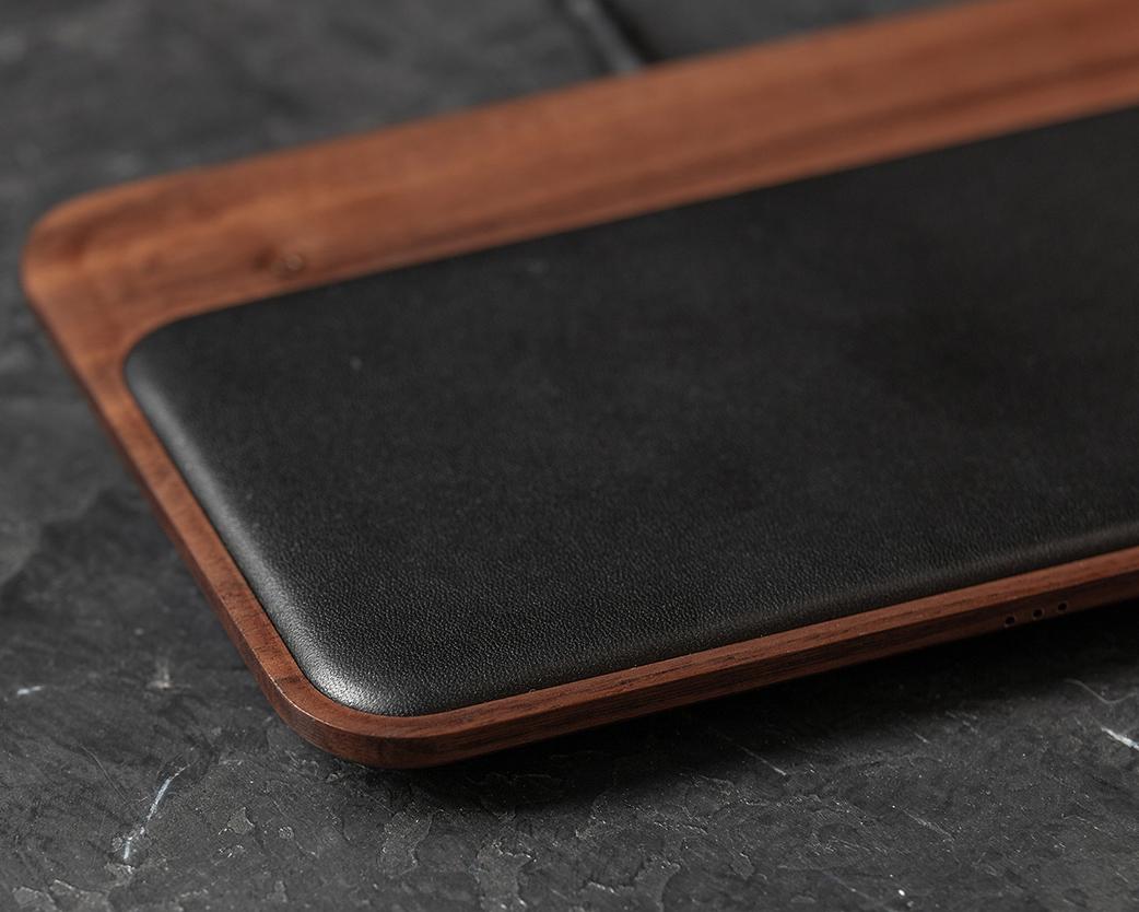家具のようにお部屋のインテリアにも馴染む本革張りのデバイス専用ソファ。iPhone、AirPodsを飾るようにまとめてチャージ、2つのUSBポートを備えたおしゃれな「ワイヤレス充電ベース」| NOMAD | Base Station