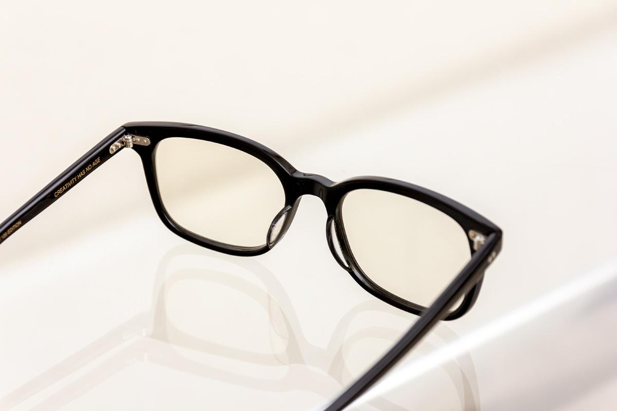 かけるほどにその人の骨格に沿って自然に馴染むと言われている、お洒落なセルロイド製「老眼鏡」(MONOCOオリジナル企画)|LAUGHWRINKLES