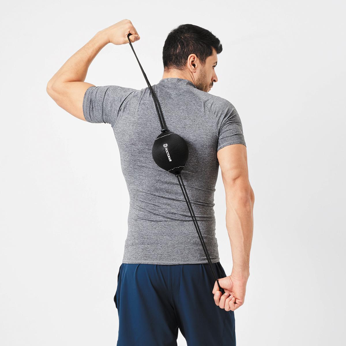 持ち手つきカバーのおかげで背中のどこでもラクに当てられるストレッチボール|Dr.Air 3Dコンディショニングボール