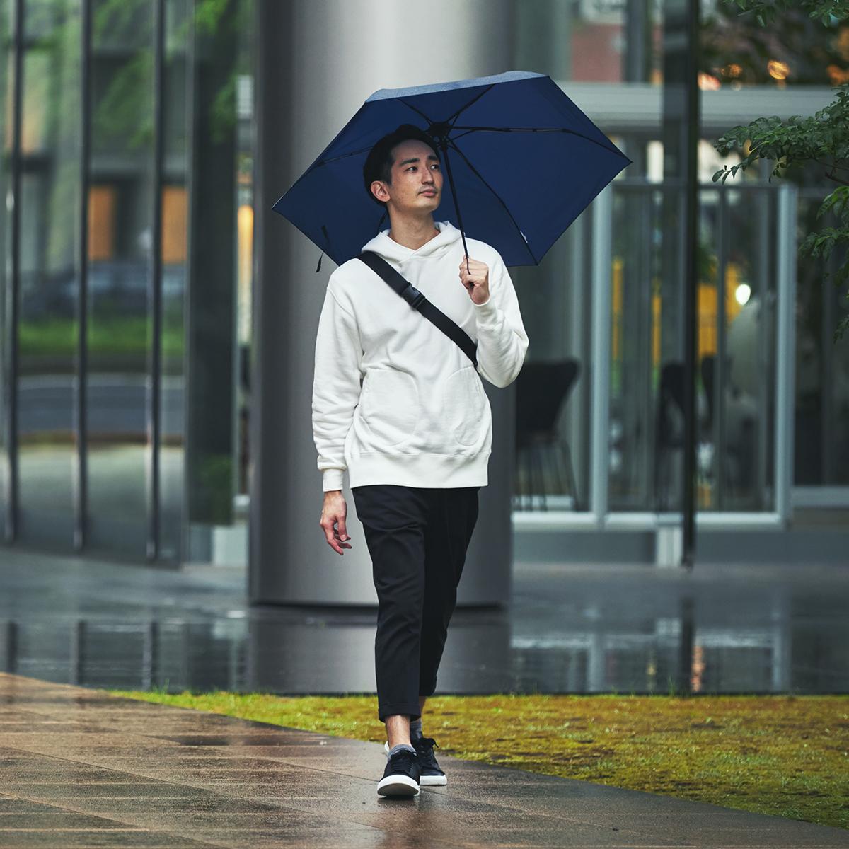 雨の中、バスやタクシー、車へ乗り込むときも、傘をたたむ時間はほんの1秒。驚くほど軽い!風に強く、丈夫な構造の「ワンタッチ開閉式折りたたみ傘」|VERYKAL