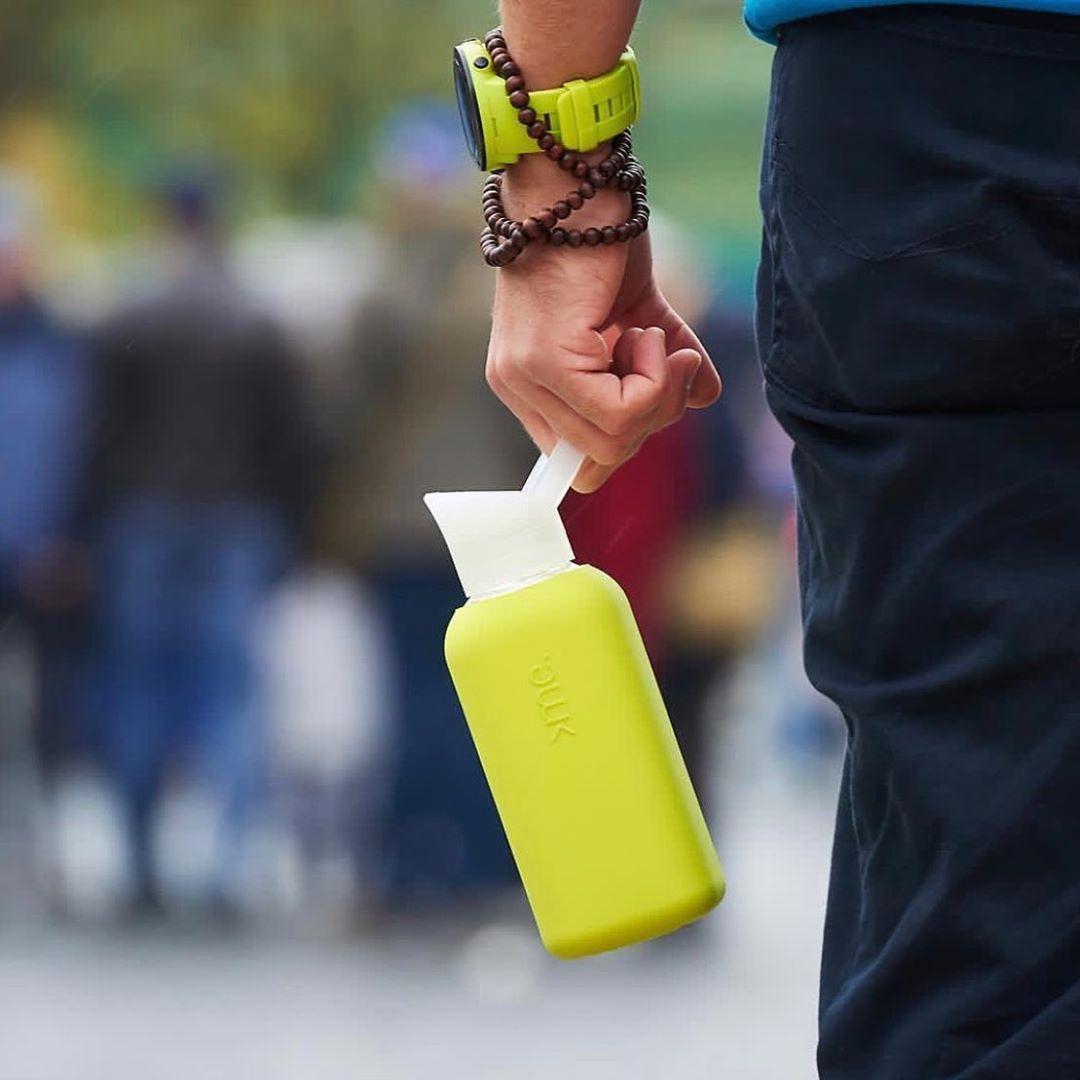 色鮮やかなシリコンカバーで包むことで、持ち歩きも安心。ホットもOK!口当りのよい手づくりガラス製マイボトル|Squireme(スクエアミー)