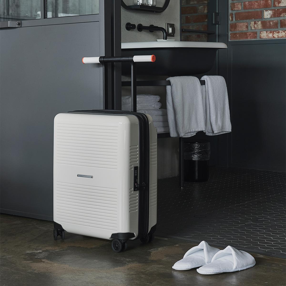 自分好みの配色にコーディネイトできる。大小ふたつのサイズを「入れ子収納」できる、機内持ち込み用(37L)&長期旅行用(72L)スーツケースセット| RAWROW | R TRUNK LITE