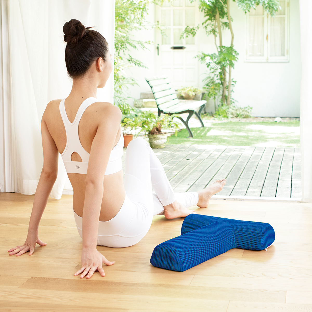 前屈みで固まっていた腰周りの筋肉がシャンと立って、筋肉のバランスが整ってきます。予約殺到「ソリデンテ南青山」サロンの技を自宅で体感できる「ストレッチ枕」|ミオドレ式寝るだけストレッチ枕