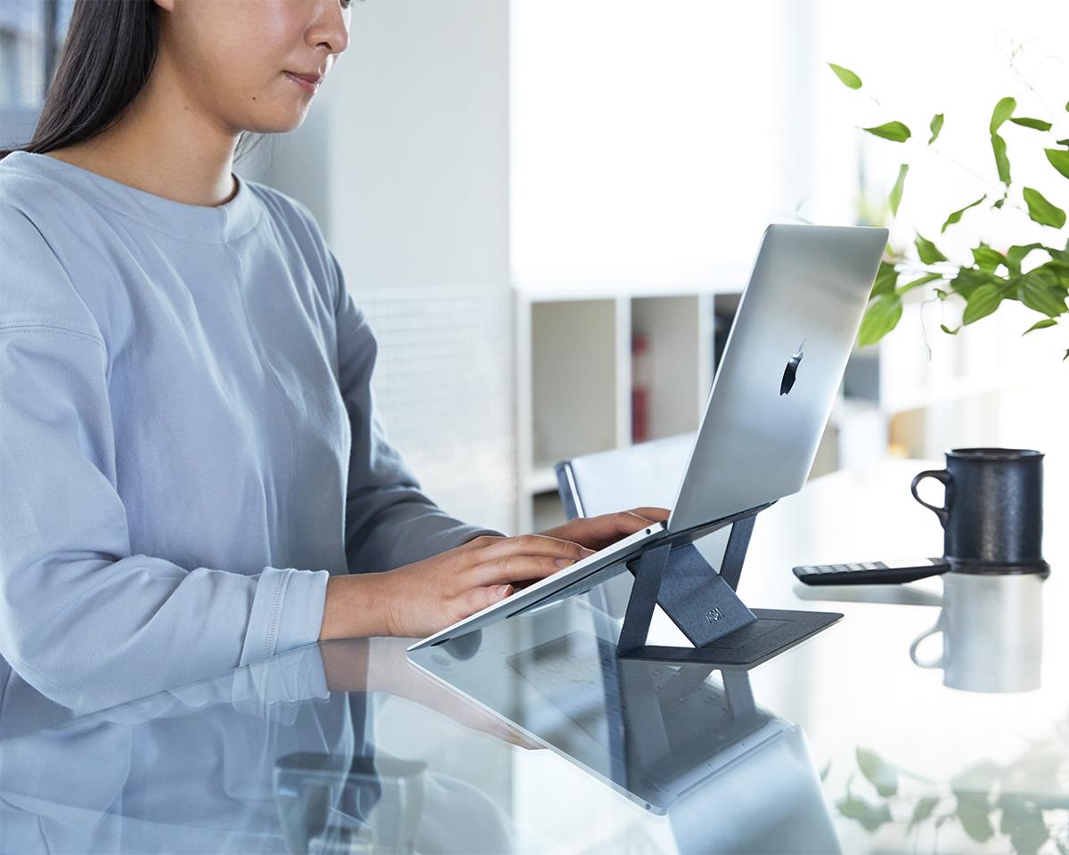 長時間のPC作業で肩が凝る、姿勢が悪くなる、そんな方におすすめ。目線が上がり姿勢が楽々、タイピングも快適になる薄さ3ミリの「ノートPCスタンド」|MOFT(モフト)
