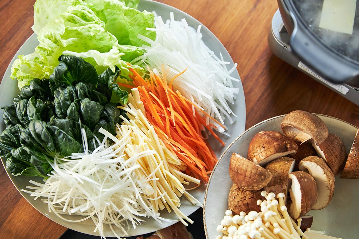 繊細な「名古屋コーチン」の味を引き立てる、だしを壊さない季節野菜、甘みの強い野菜がおすすめです。飲めるポン酢&特製だし付き「名古屋コーチンしゃぶしゃぶセット(もも肉・むね肉)」|錦爽(きんそう)|丸トポートリー食品