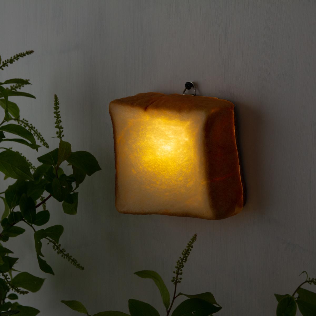 置くだけで簡単に明かりをオンオフできる。本物のパンそのものを使った「インテリアライト・ランプ・間接照明」|モリタ製パン所「パンプシェード」