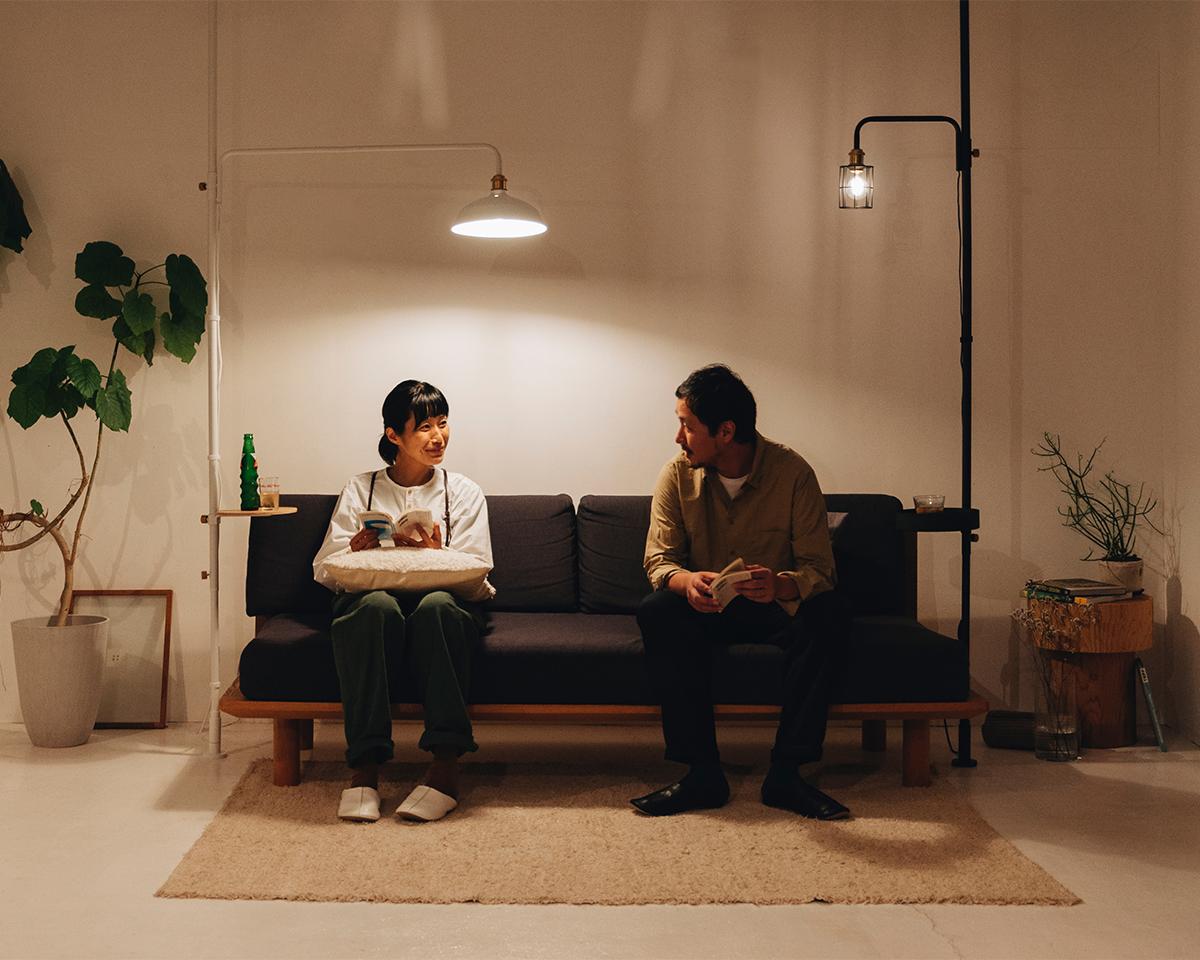 仕事に勉強に、趣味に、家事の休憩に使えるプチ書斎ができる、照明とテーブルがセットできる「つっぱり棒」|DRAW A LINE ランプシリーズ