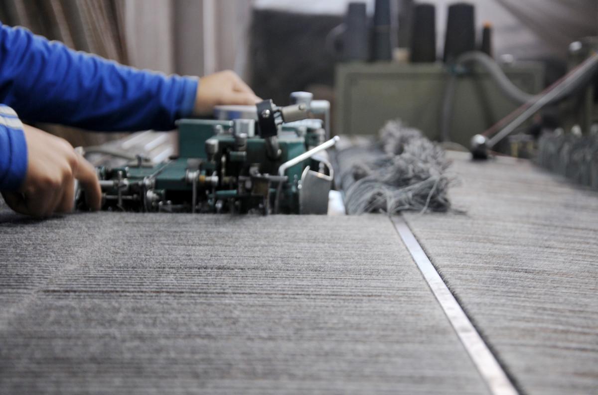 熟練職人の手作業によって、色味別に羊毛を細かく仕分けて、ゴットランドシープ本来の美しい毛色を活かした膝掛け(ひざかけ)|デンマーク王室御用達のSilkeborg(シルケボー)
