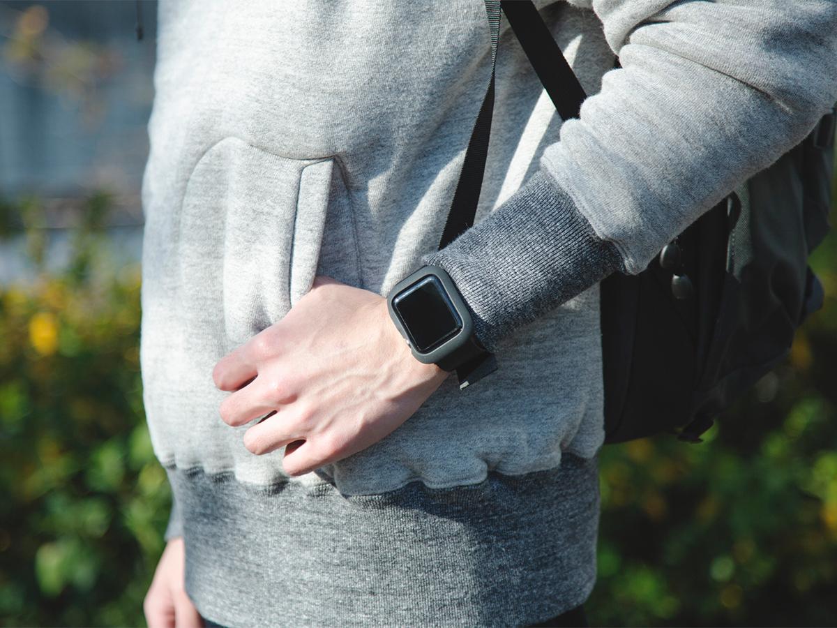 アウトドア仕様の設計ながら、スマートなデザインだから普段使いにもおすすめ。落下・衝撃・水濡れに強い、タフケース一体型Apple Watchバンド|LANDER Moab case+Band