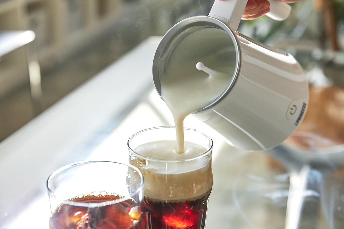 ふわとろの口当たりがやみつきになります。おうち時間に潤いと感動体験を。思わず唸るほど、キメ細やかでクリーミーなふわふわミルクが簡単に作れる「全自動ミルクフォーマー」|PRINCESS Milk Frother Pro
