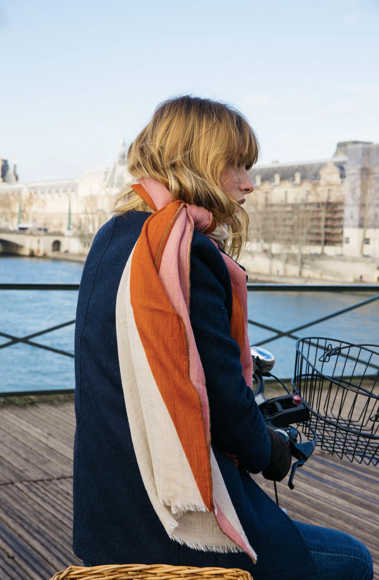 フランスとインド、対称性が生む美。いつもの服もグッと新鮮に見せる大人の配色の「ストール・マフラー」|MOISMONT(モワモン)