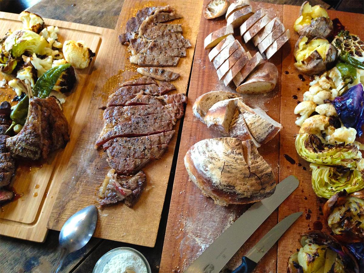 遠火の強火ができるから炭火の香ばしさたっぷりのステーキも簡単な「BBQグリル」|SWINGGRILL