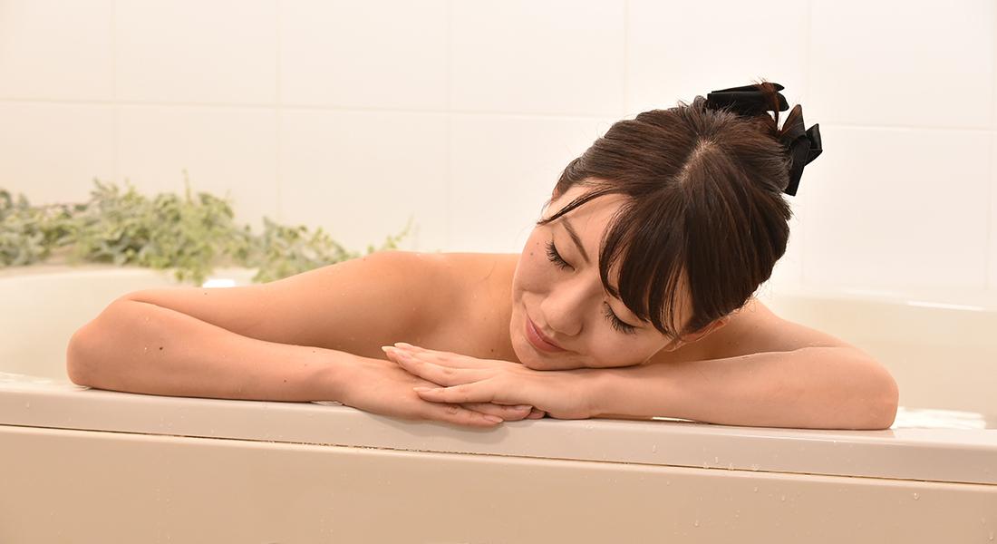 温浴効果で、体のすみずみまで血行がよくなって、肩こりや腰痛、神経痛の痛みを和らげてくれます。日本初!独自の高硬度マイクロカプセル技術が生んだ重炭酸湯のタブレット入浴剤|薬用Hot Tab(ホットタブ)