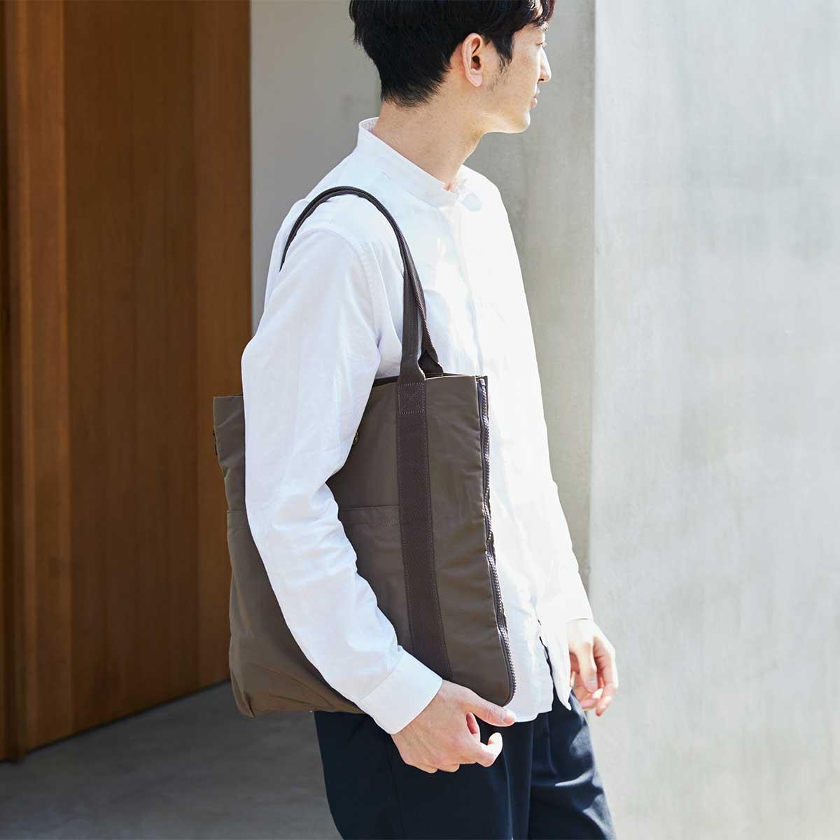 新時代の「広がるトート」で、仕事へ、アウトドアへ、買い物へ、ジムへ、軽やかに出かけましょう。薄型トートバッグが大容量バッグに変身するバッグ|WARPトランスフォームジッパーバッグ