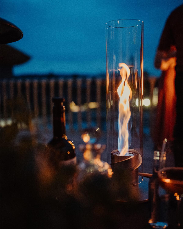 おうちで楽しめる、廻る炎のエンターテインメント。煙突効果で炎が廻りながら上昇!煙が出にくい安全燃料の「テーブルランタン&ガーデントーチ」|Hofats SPIN(ホーファッツ スピン)