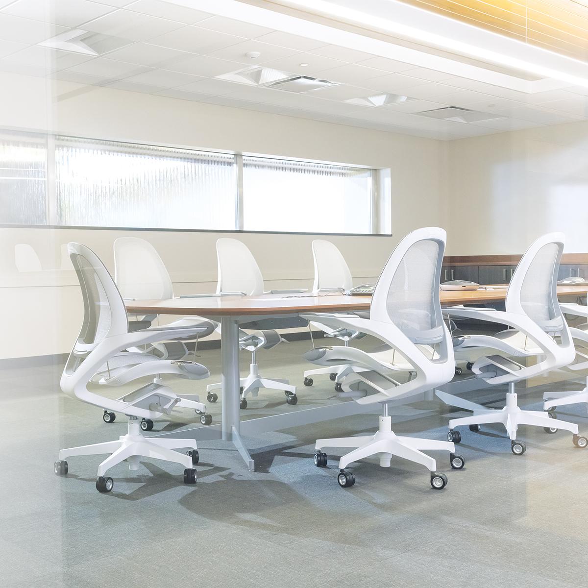 オフィス、会議室、書斎にちょうどよいコンパクトなデザイン。いつでも「気持ちいい仕事姿勢」が続く次世代のワーキングチェア|Elea Chair