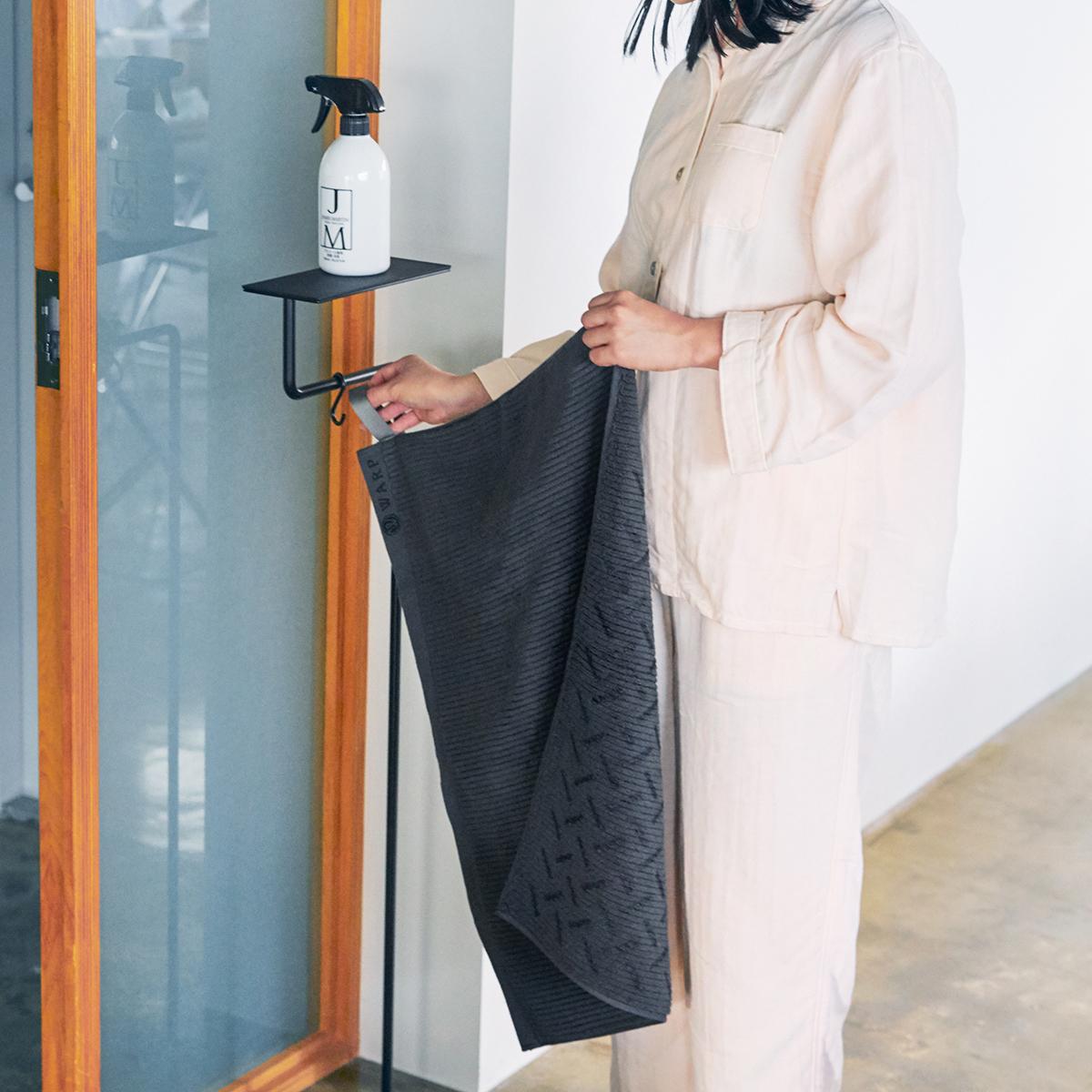 タオルの老舗の技で高い吸水力。酸化チタンと銀の作用で、生乾き臭・汗臭の菌を分解する「タオル」|WARP
