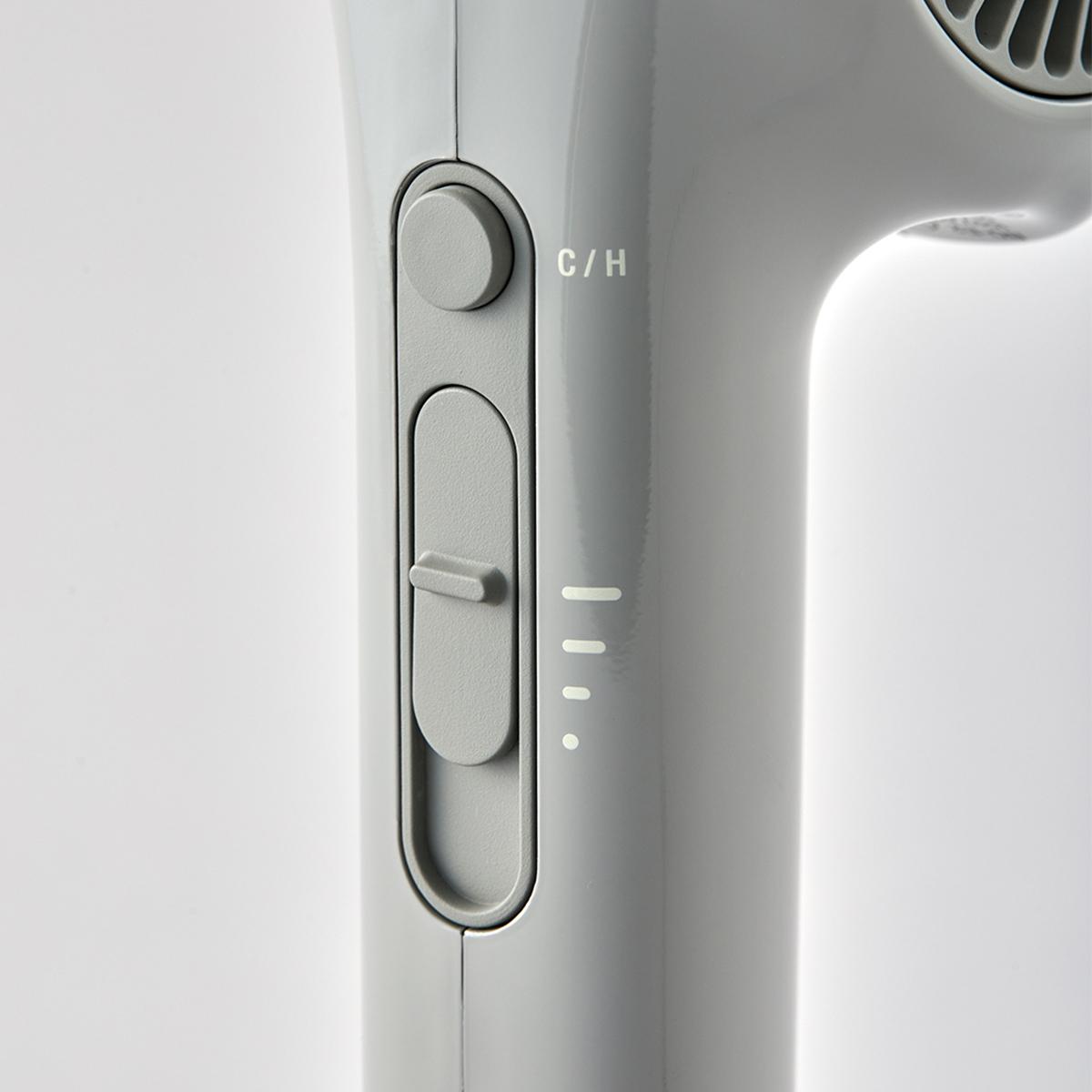 上のボタンは温・冷の切り替え、下のスライドは風量の調整ができます。手と空間に馴染む、85℃のちょうどいい風をつくる「ヘアドライヤー」|cadocuaura(カドークオーラ)|BD-E2