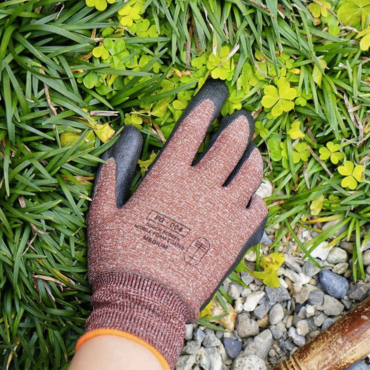 もとはプロ向けだった作業用手袋を、同じく東かがわ市の手袋ブランド、『tet.(テト)』が、「毎日の暮しで、楽しみながら使えるように」デザイン。スマホを触れる。ネジもつまめる抜群のフィット感で、指先がスイスイ動く「作業用手袋」|workers gloves(ワーカーズグローブ)