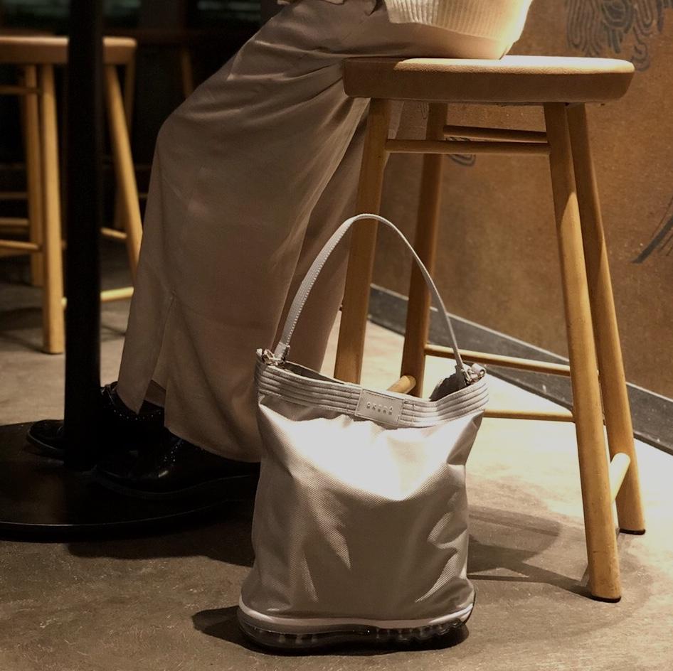 カフェなどの飲食店で|床・地面・土の上でも、迷いなく置ける。あの傑作スニーカーのエアソールを履いた「遊びトート」| OKERU MONOCO限定