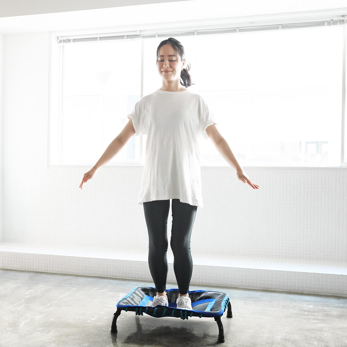 片手で運べる軽さだから、リビングで、寝室で、仕事場で。思いたったら、いつでもどこでも運動できるミニサイズのトランポリン「ミニジャンパー」|AEROLIFE(エアロライフ)