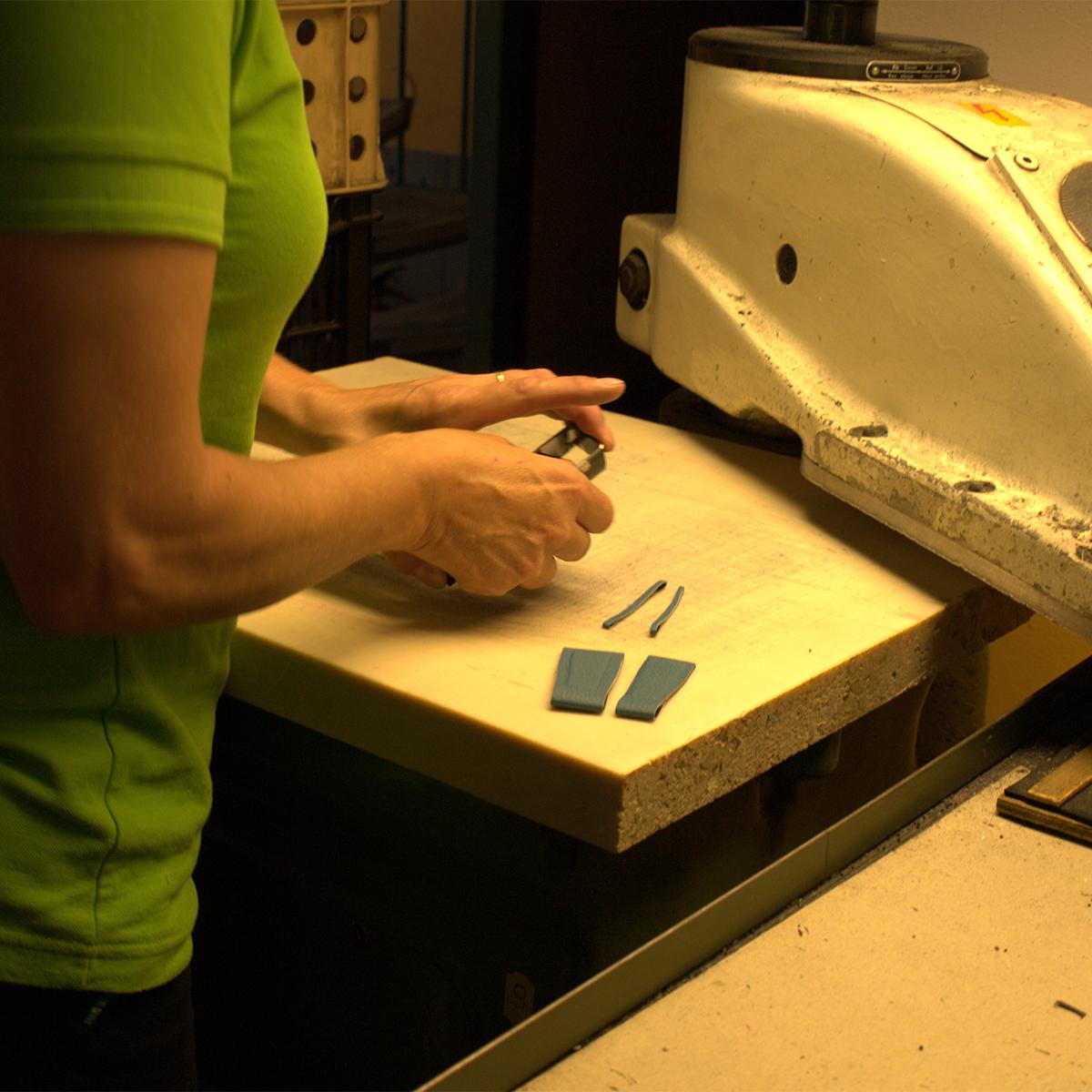 超一流レザー工房の職人の手で行われる縫製・製造。アクティブな腕元を洗練する、ワンタッチ着脱の「Apple Watchバンド」|EPONAS(エポナス)