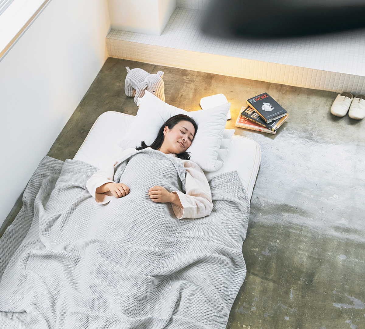 腰痛や首・肩の痛みを感じる人は、『ドウヤメソッド』のマットレスで寝てください。寝心地がグッと変わるはずです。|整形外科医銅冶英雄(どうや・ひでお)先生が考案した、硬柔2層構造が、体のカーブを正しくキープしてくれる折りたたみ型の腰痛対策マットレス・ベッドパット|ドウヤメソッド
