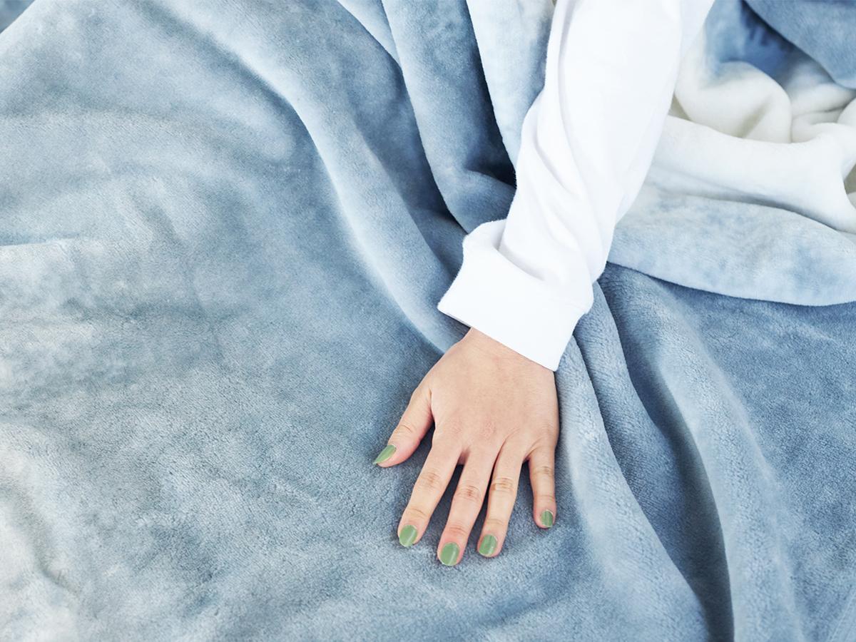 一年中使える。寝室の空間をセンスよくお洒落でスタイリッシュにしてくれる。肌触りと寝心地の良さで夏も冬も気持ちいい!ニューマイヤー織の綿毛布|FLOOD OF LIGHT(フルード オブ ライト、光の洪水)|LOOM&SPOOL