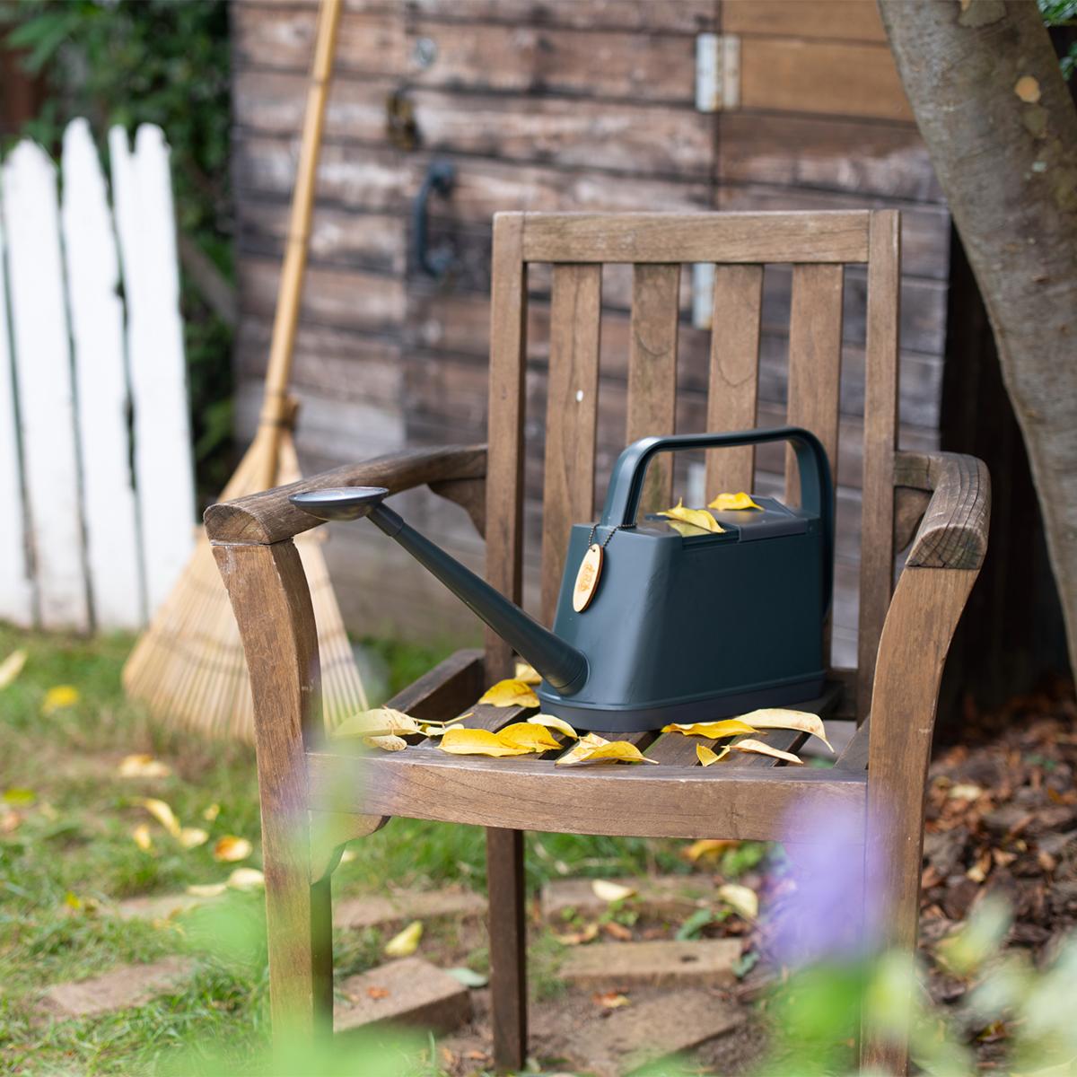 ジョウロを外へ置きっぱなしにする時も、カバーを閉めておけば、落ち葉や虫の侵入を防いでくれるので安心です。植物にやさしい、繊細な雨のような自然な水流のジョウロ|Royal Gardeners Club