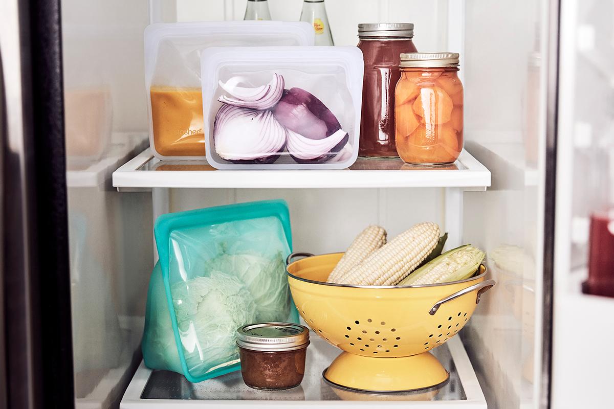 手で支えなくてもOKの自立型パック。調理や食材の出し入れも楽ちん。冷蔵庫や食料棚でタテ置き収納できて、使い勝手もバツグン!マルチバッグ|stasher(スタッシャー)
