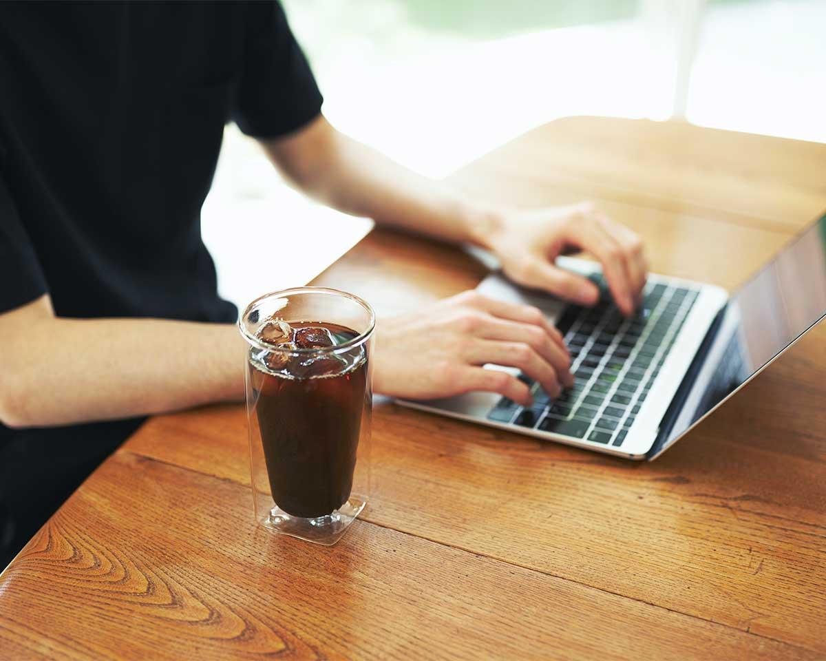 断熱効果によって、室温や手の温度が伝わりづらく、冷たいビールも熱いコーヒーもおいしい温度を長くキープ。結露しにくく、レンジ加熱OK、見る角度で表情を変える「耐熱ダブルウォールグラス」|RayES(レイエス)