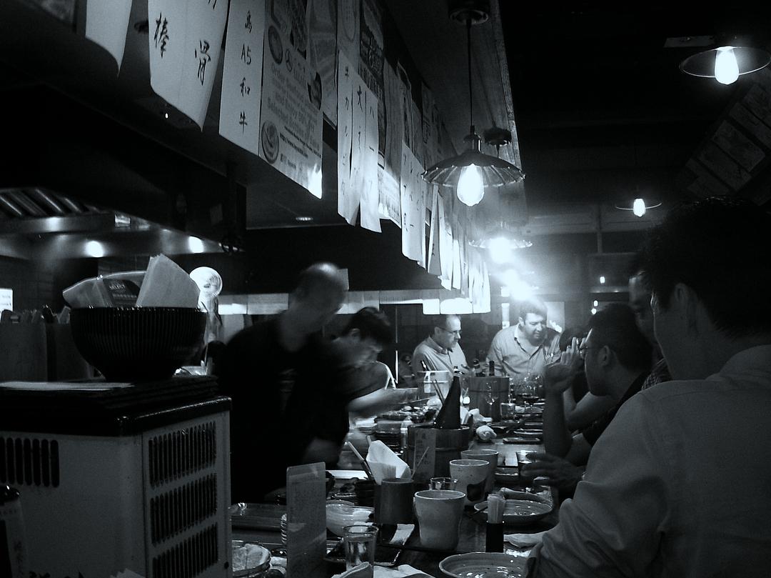 2ノイズ(細かい粒子)入りのホワイトと青みがかったブラックで、モノクロ映画のような写真に。(B&W)スマホと「ひと味違う写真」が撮れるトイデジカメ YASHICA