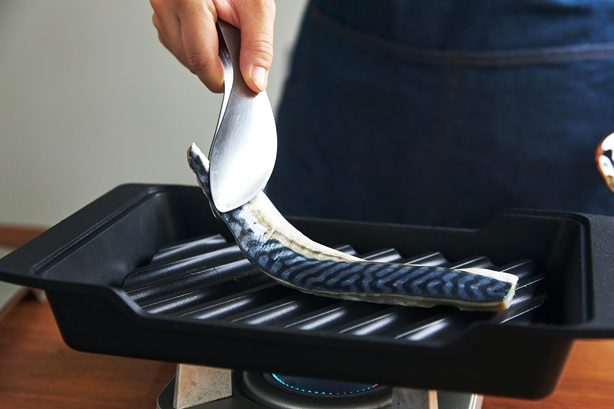 フライパン感覚で、手軽に焼ける魚焼き器|極厚炭グリルでパリッ、ふわっ、旨っ!コンロで手軽な「魚焼き器」|新潟・燕三条のオークス製の大人の焼魚 炭グリル
