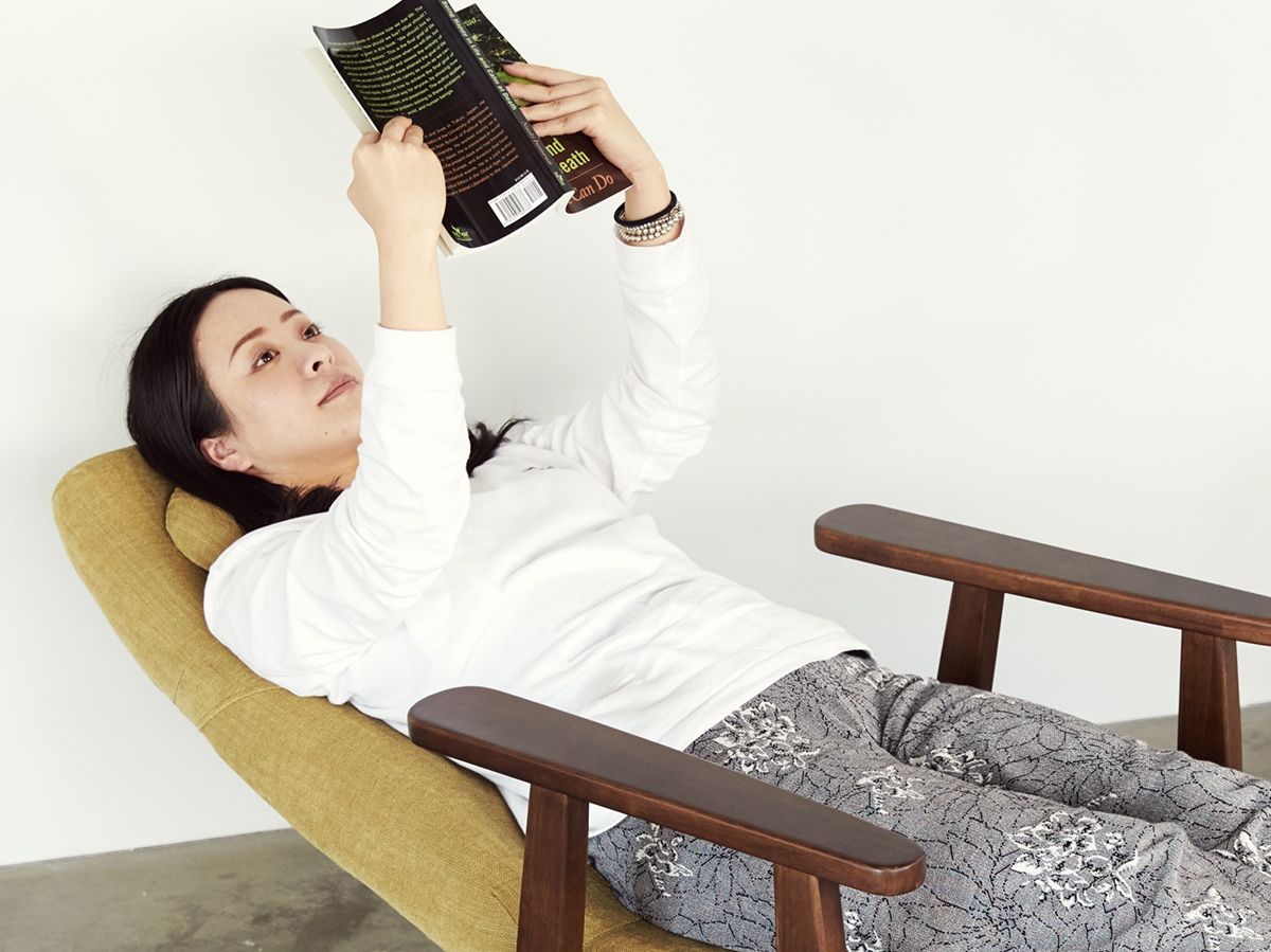 体が気持ちいい位置にピタッと収まる感じがして、姿勢が気にならないから、動画や本に集中できます。体にいい姿勢でリラックス!首も腰も好きな角度に調節できる寝椅子(リクライニングチェア)|P!nto