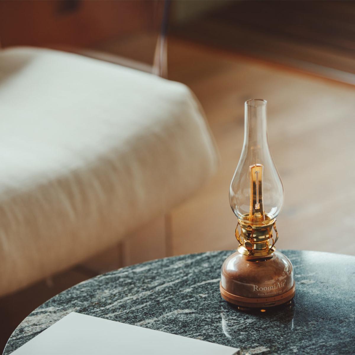リビング、寝室、キッチンや玄関の空気を、隅々までクリーンに。日本初、特許のUVランプでウイルス・菌を不活化させる「オゾン発生器・間接照明ランプ」|RoomiAir