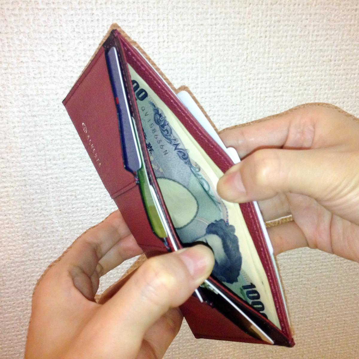 スムーズに出し入れできる紙幣入れ|カードを見える化、支払いも収納もスマートな革財布(カードホルダー)|ALBERTE