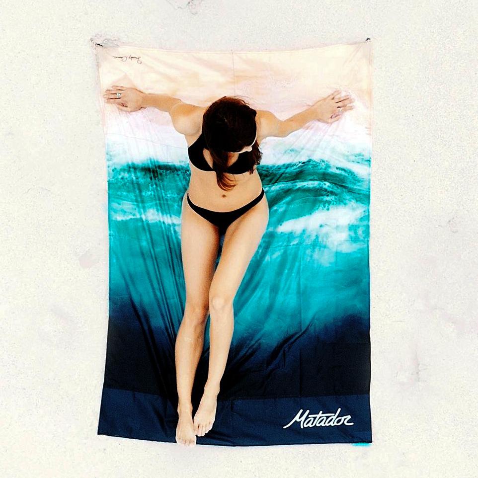 ハワイの美しい海を描いた夏季限定モデルが登場!手のひらサイズにたためる撥水仕様のレジャーシート「OCEAN」(夏限定) Matador POCKET BLANKET
