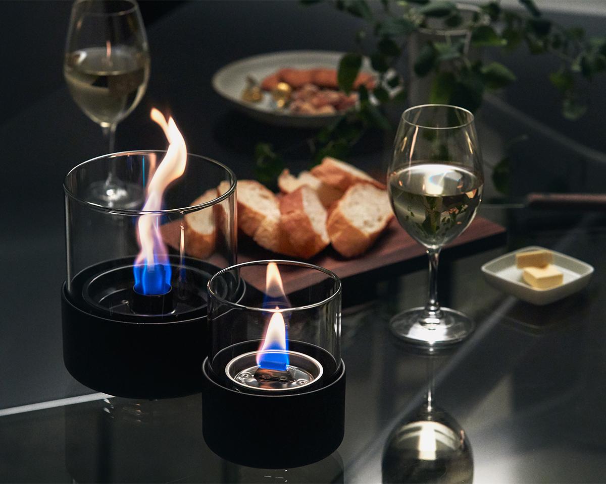 ダイニングテーブルの中央に置いて、食事やお酒を楽しめるミニマムなデザイン。ダイニングテーブルの中央に置いて、食事やお酒を楽しめるミニマムなデザイン。ホームパーティでは、テーブルを華やかに彩り、会話を盛り上げてくれるはず。ニオイや煙が出ず、倒しても安心の特殊燃料で手軽に楽しめる!「卓上ランプ、テーブルライト」|LOVINFLAME(ラヴィンフレーム)