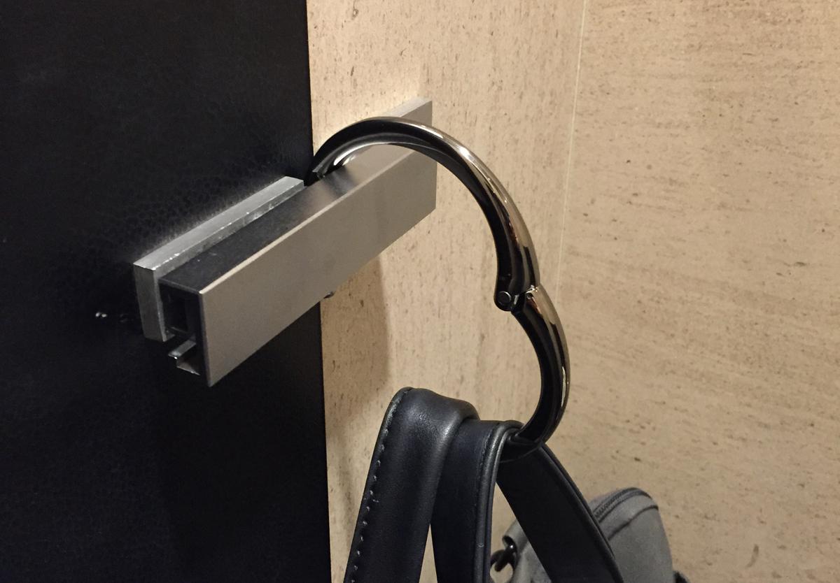 ドア・テーブルにも引っ掛けられるバックハンガー クリッパ Clipa