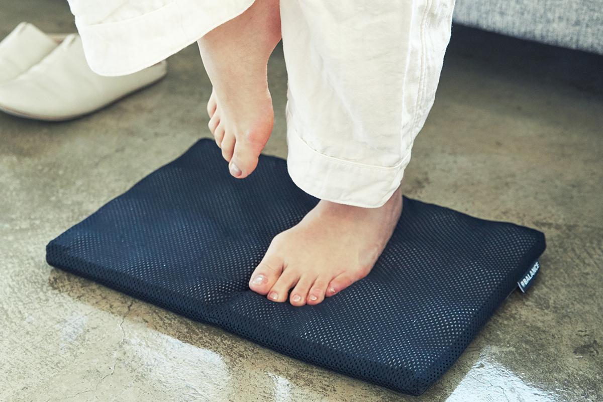 足裏|長時間のデスクワークも気持ちいい!ポリエチレン樹脂を編んだ「弾力凹凸マット」|リカバリーマット