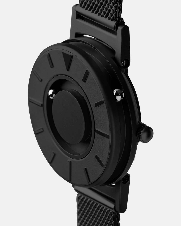 引き算の美学から生まれた磁力を利用して、小さなボールに時を刻ませる独自のデザイン。腕元におさまるコンパクトな文字盤、軽やかな装着感のメッシュバンド。触って時間を知る「腕時計」| EONE