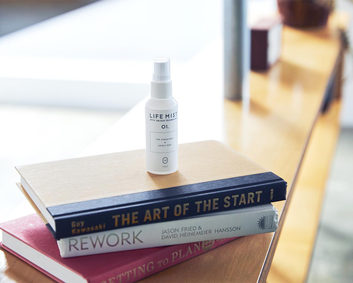 ダチョウの生命力が詰まった一本は、おしゃれな『LIFE MIST』ボトル付きだから、大切な人へ贈り物にもぴったりです。細菌やウイルスをブロックする働きを持つ、ダチョウの優れた抗体原料を配合した、世界初の抗菌・除菌スプレー「ライフミスト」|ジールコスメティクス