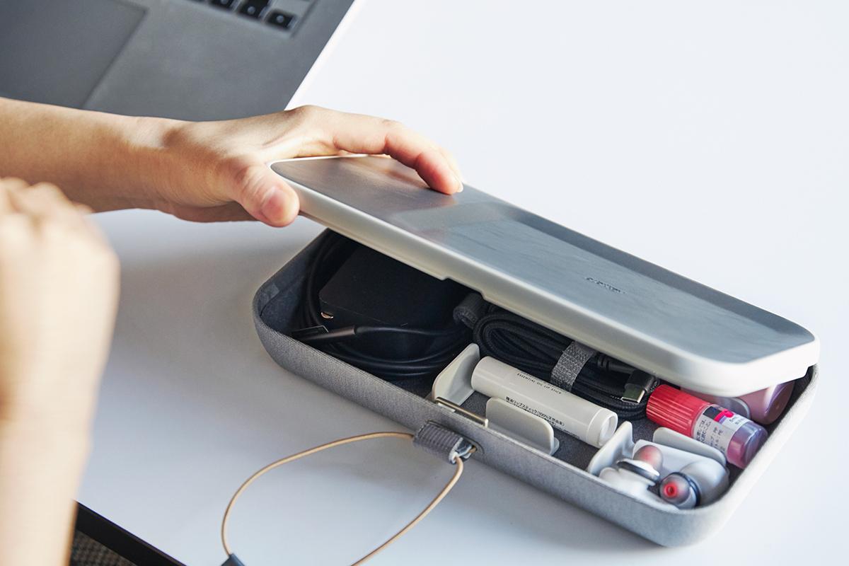 あなたの新しい働き方に、欠かせないパートナーに。あちこちをゴソゴソしなくていいから思考もクリアになった感じ。仕事道具を好みの配置で収納、ワイヤレス充電台つきの「ガジェットケース」|Orbitkey Nest(オービットキー ネスト)